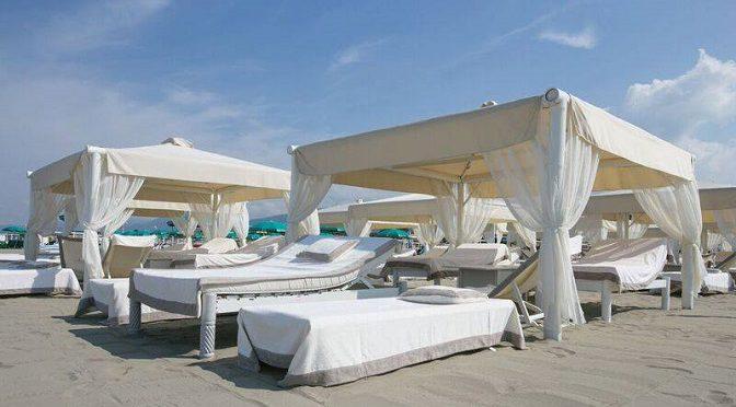 Aida yespica twiga beach la spiaggia vip della versilia - Bagno piero forte dei marmi prezzi ...