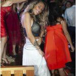 bella ragazza in versilia in discoteca