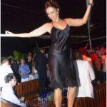 donna balla sul tavolo foto twiga