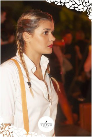 bella cameriera nella discoteca più esclusiva d'italia
