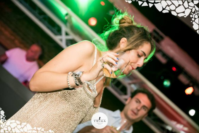 bere champagne in discoteca