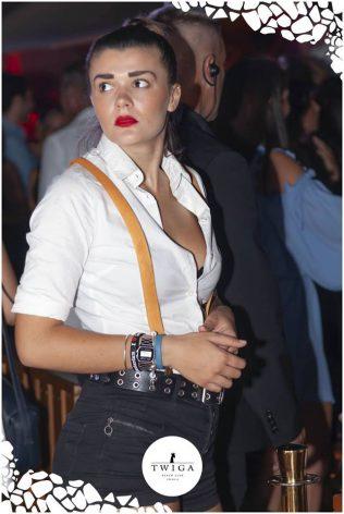cameriera nella discoteca più figa d'italia