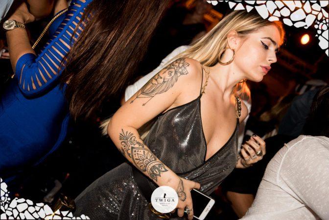 ragazza con tatuaggi nella discoteca top