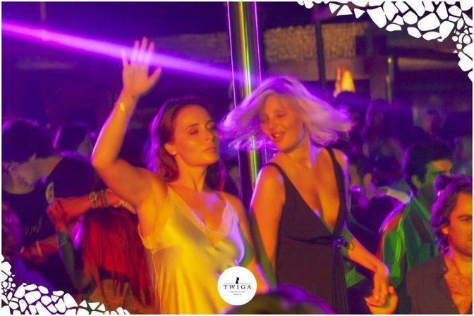 ragazze ballano nella discoteca top d'italia