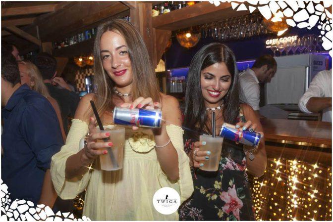 ragazze bevono redbull in discoteca